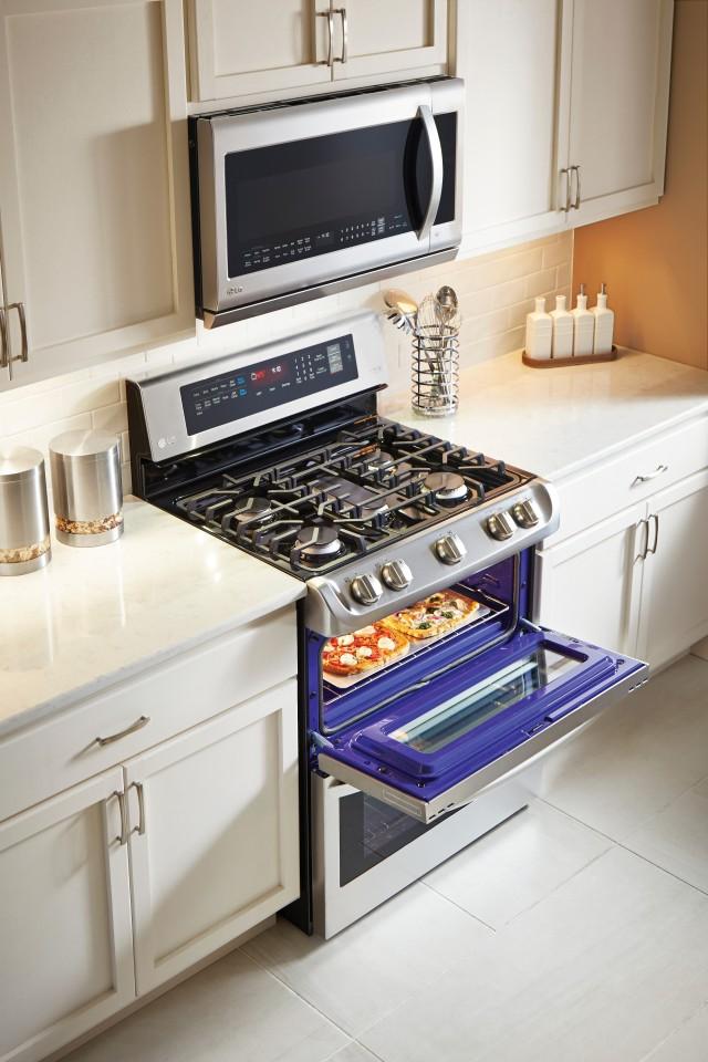 LDG4313ST Upper Oven Lifestyle 1.jpg