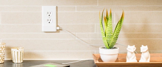 SnapPower_Product_USBCharger_White_StraightOn_Kitchen01_iPad_Print_v01.jpg